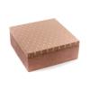 Nagyméretű négyzet alakú tüdő színű plüss díszdoboz, tetején aranyszálas díszítéssel, belül fekete plüss borítással