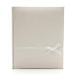 Kép 1/3 - Közepes méretű ekrü esküvői fotóalbum elegáns nyomott mintával, fehér szalaggal átkötve