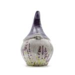 Kép 1/4 - Kézzel készített, közepes méretű duci kerámia törpe levendulás díszítéssel, lila sapkában