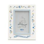Kép 1/3 - Kék tónusú asztali fa képkeret, fehér alapon színes virágokkal