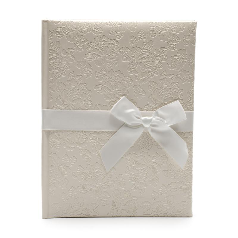 Közepes méretű ekrü esküvői fotóalbum nyomott rózsa mintával, fehér szalaggal átkötve