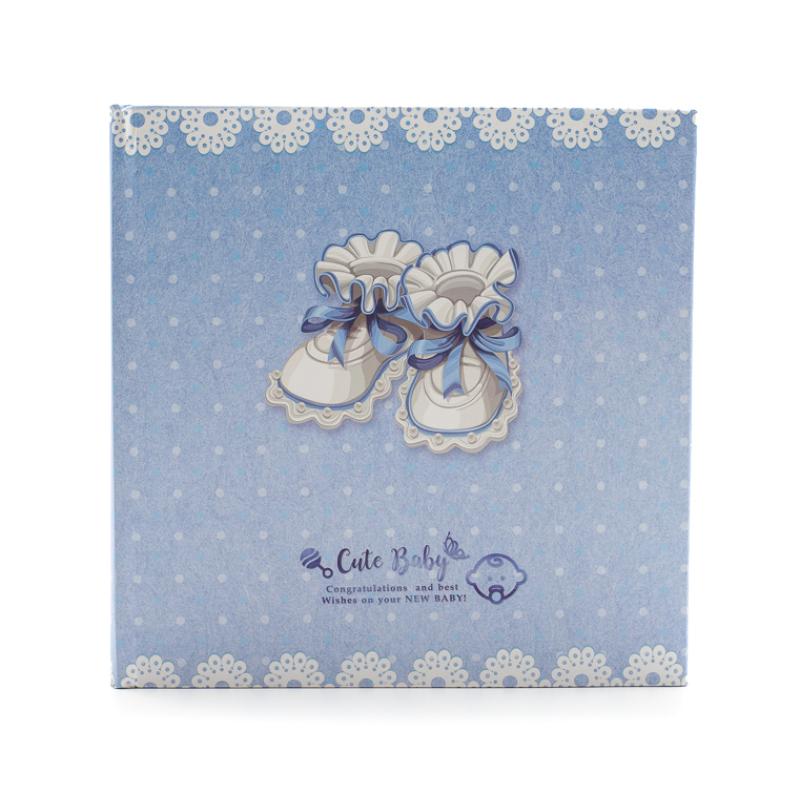 Közepes méretű fotóalbum régies kék-fehér babacipőkkel, világoskék alapon fehér pöttyökkel
