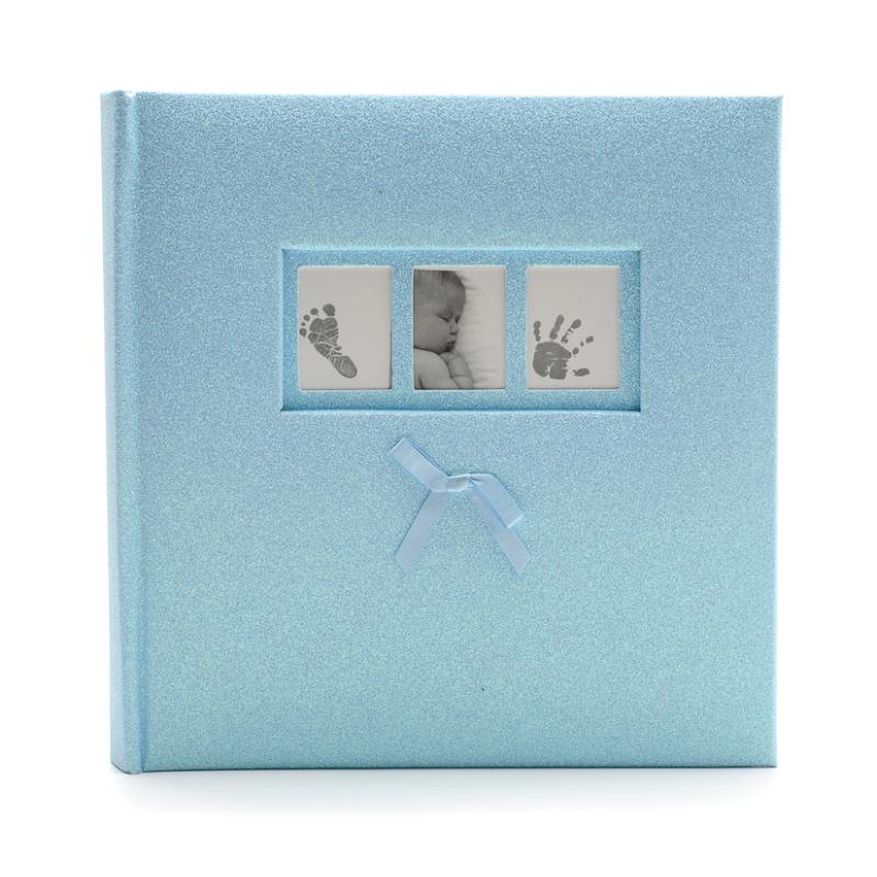 Közepes méretű csillogó kék borítójú fotóalbum, 3 apró képkerettel a borítóján