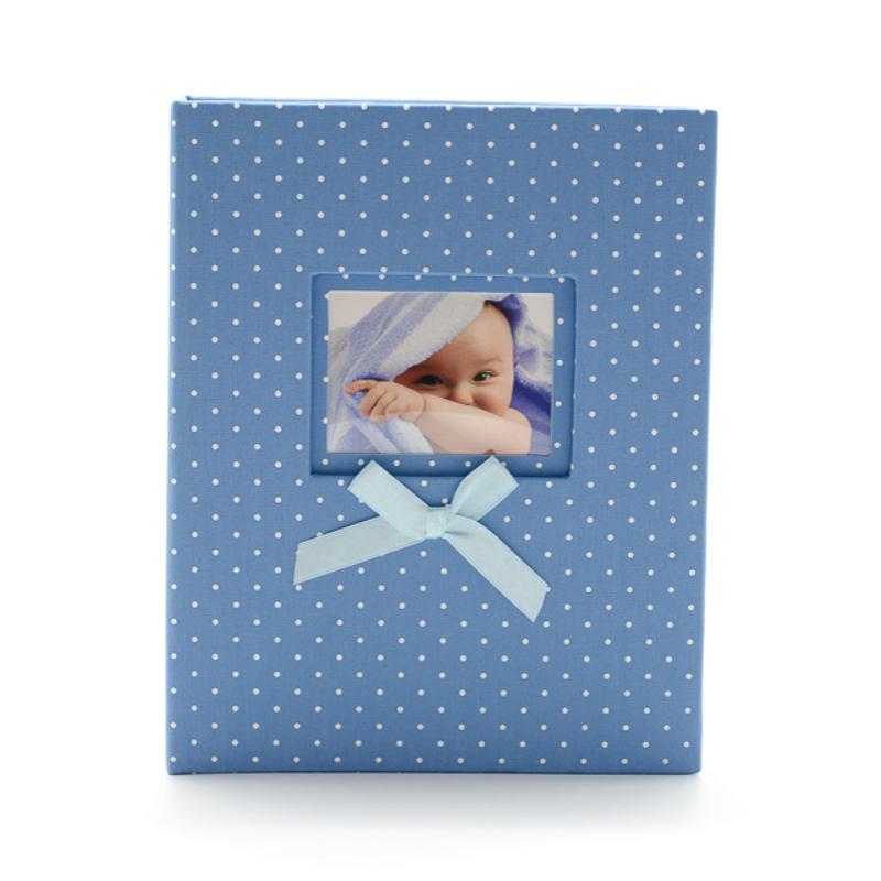 Közepes méretű, kék fehér pöttyös fotóalbum cserélhető képpel a borítóján, kék masnival