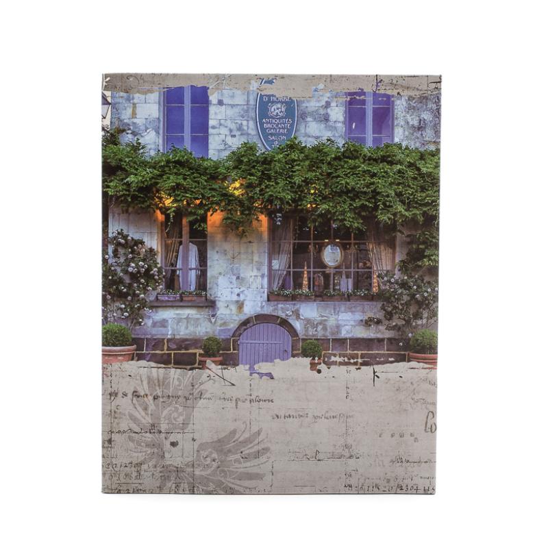 Dél-franciaországi stílusú kastély, zöld növényzettel befuttatott falak