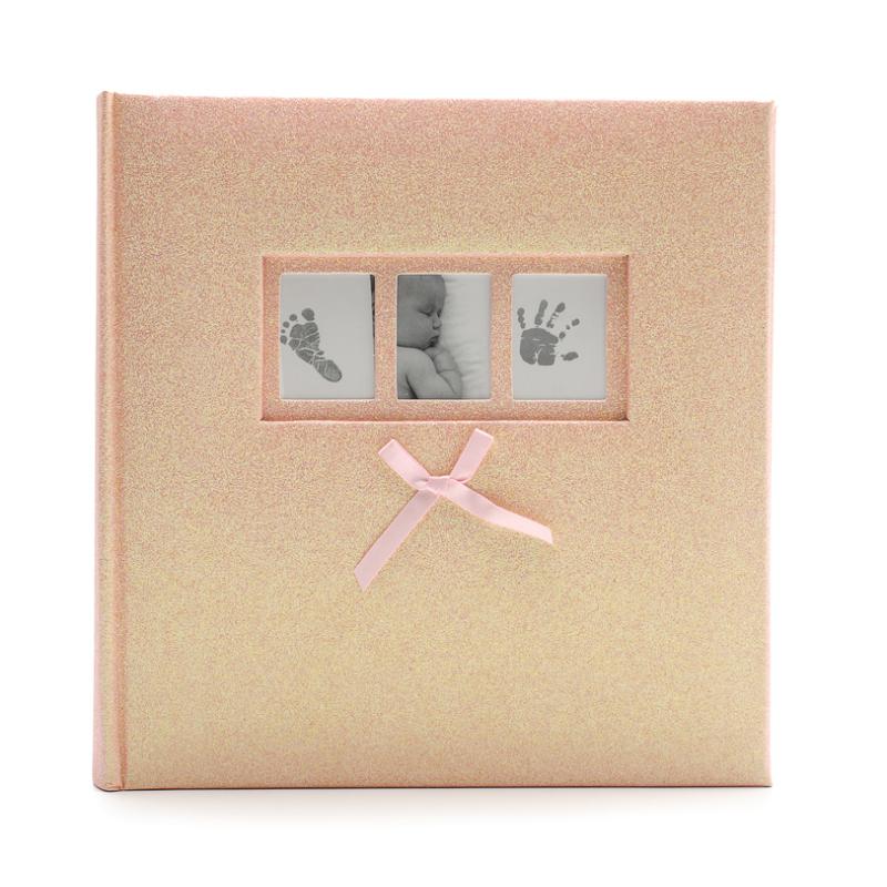 Közepes méretű aranyosan csillogó rózsaszín borítójú fotóalbum, 3 apró képkerettel a borítóján