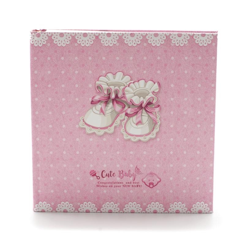 Közepes méretű fotóalbum régies rózsaszín-fehér babacipőkkel, rózsaszín alapon fehér pöttyökkel
