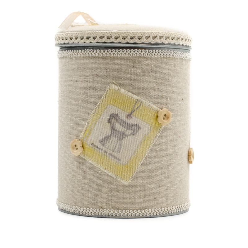 Fém tároló henger textil borítással, retro díszítéssel