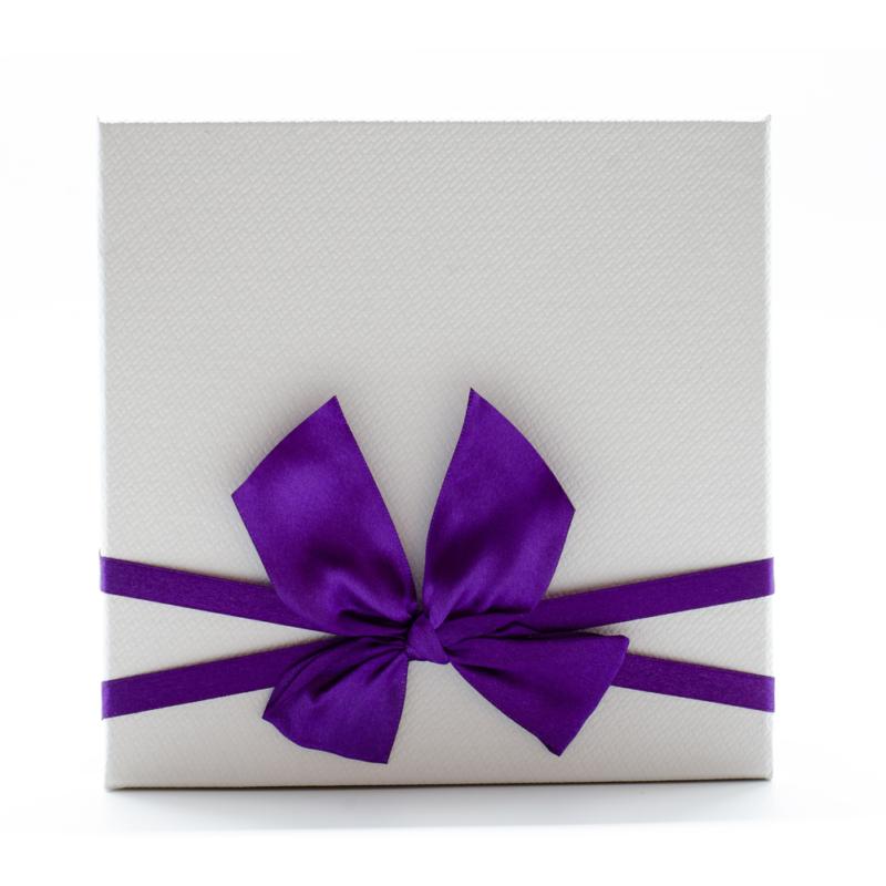 Nagyméretű kartonpapír lila-fehér díszdoboz, lila masnival átkötve