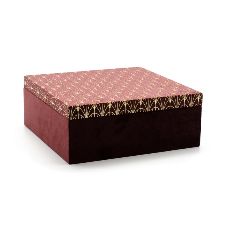 Nagyméretű négyzet alakú bordó színű plüss díszdoboz, tetején aranyszálas díszítéssel, belül fekete plüss borítással
