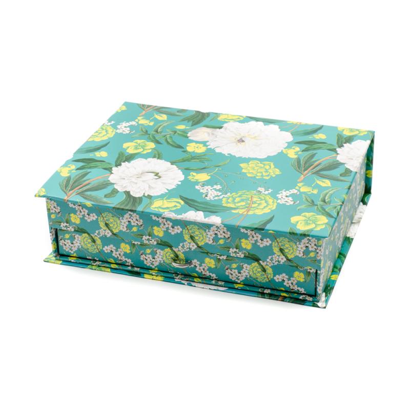 Élénk fehér virágokkal díszített, két szintes sötét zöld papír ékszertároló doboz