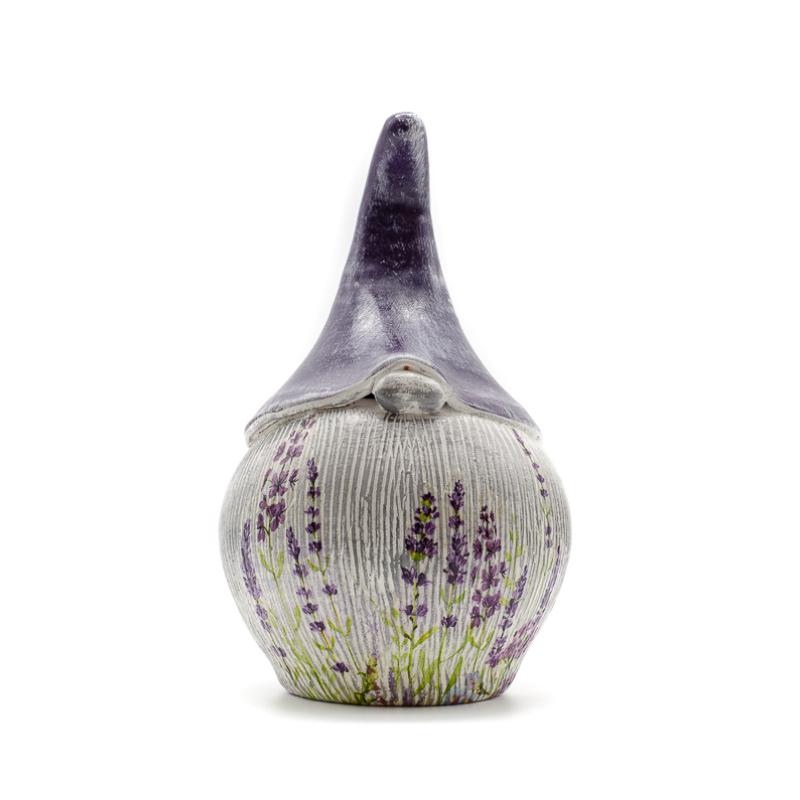 Kézzel készített, közepes méretű duci kerámia törpe levendulás díszítéssel, lila sapkában