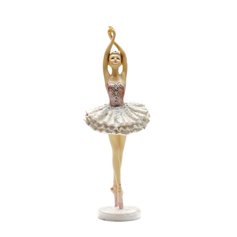 Lábújhegyen nyújtózkodó balerina, rózsaszín-ezüst tüll ruhában, fehér kerek csillogó talpazaton