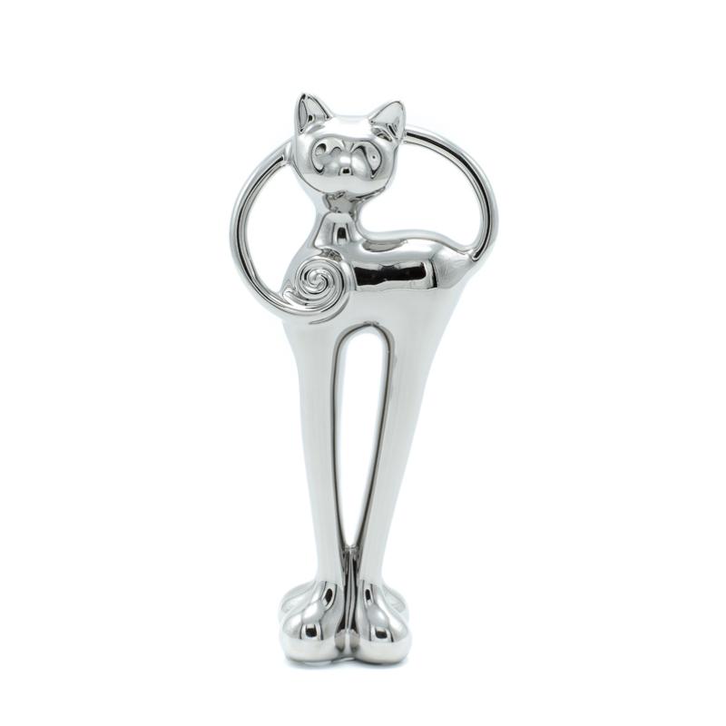 Krómozott álló cica gömbölyű lábakkal, tekergőző farokkal