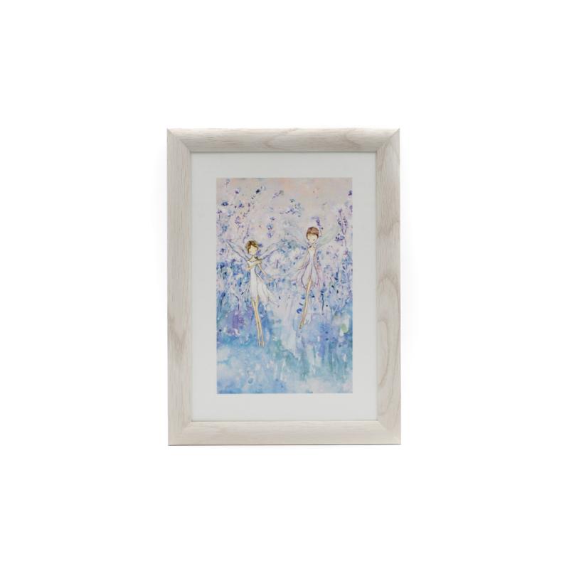 Fali selyemkép lebegő tündérekkel kék virágos réten natúr fa keretben