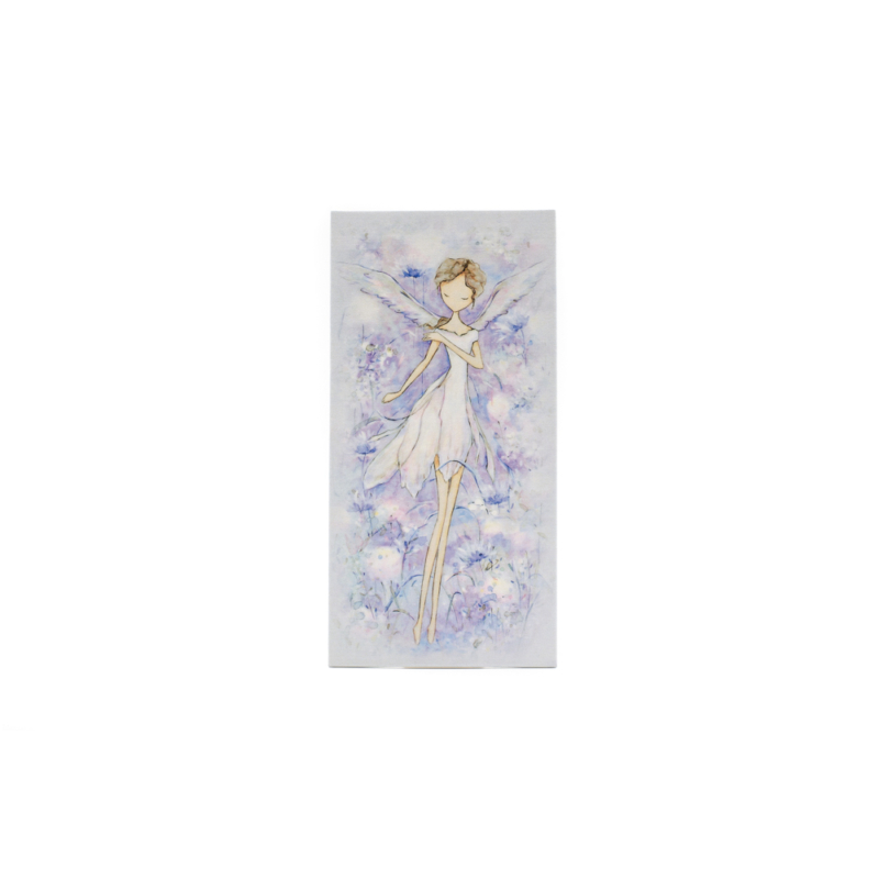 Kicsi selyemkép tündérrel, fehér virágokkal a háttérben