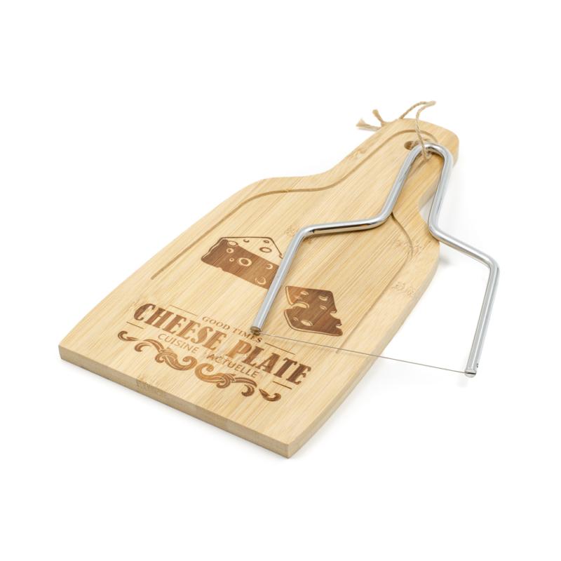 Bambusz vágódeszka sajtdarabos dekorációval és felirattal, sajtvágó dróttal kiegészítve