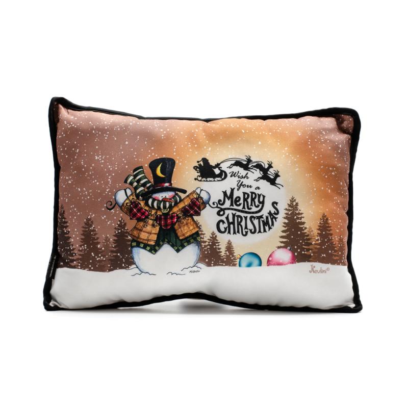Barna alapon kedves hóember a téli hóesésben fenyőfákkal, és a szánján repülő télapóval a háttérben