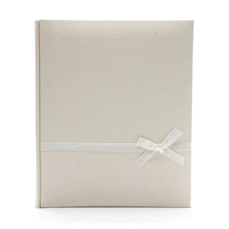 Közepes méretű ekrü esküvői fotóalbum elegáns nyomott mintával, fehér szalaggal átkötve