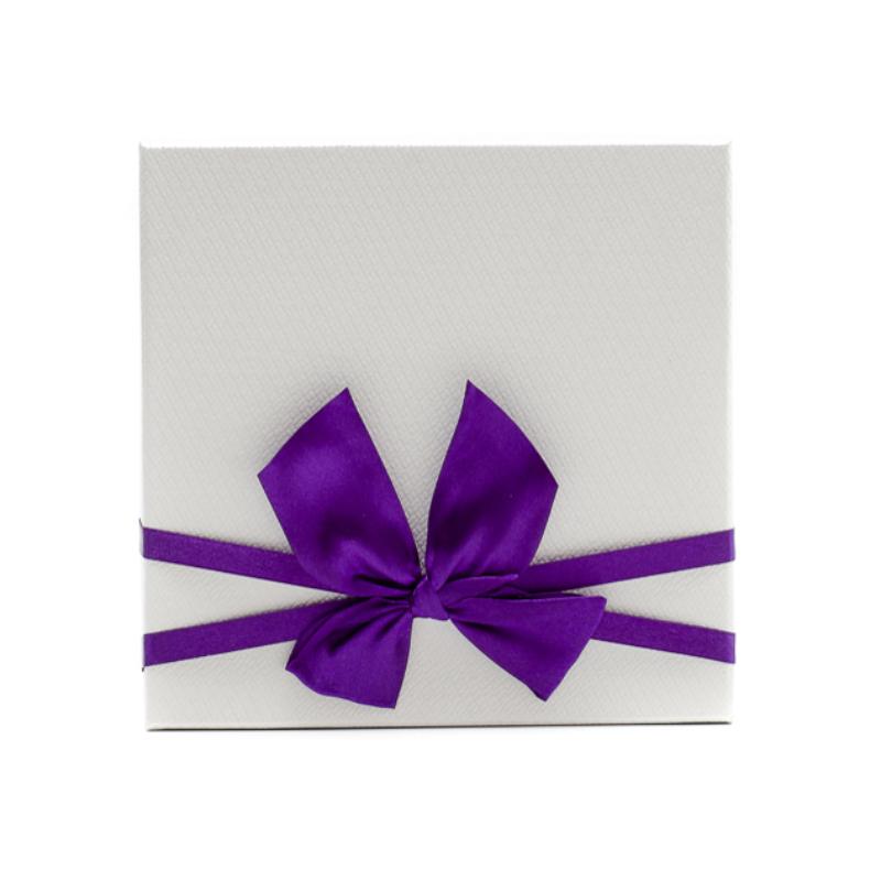 Kisméretű kartonpapír lila-fehér díszdoboz, lila masnival átkötve