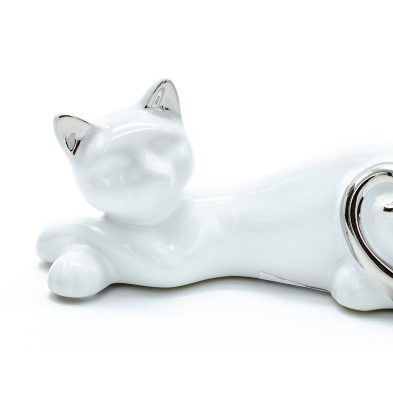 Fehér fekvő cica ezüst farokkal