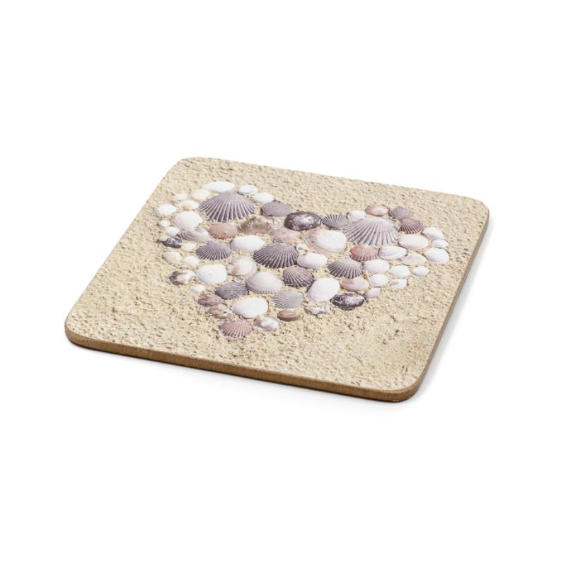 Kagylóból kirakott szív homokon poháralátét