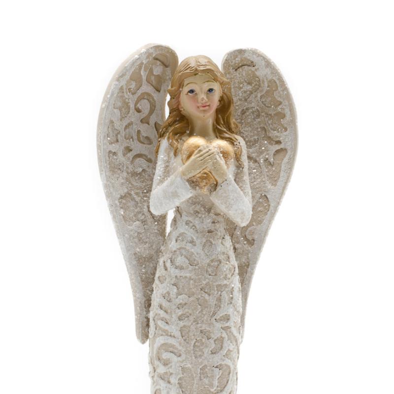 Arany szívet ölelő bézs színű angyal