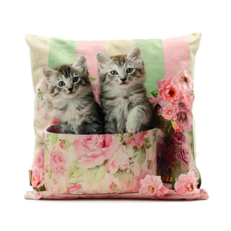 Szürke cirmos cicák rózsás díszdobozban, csíkos háttérrel